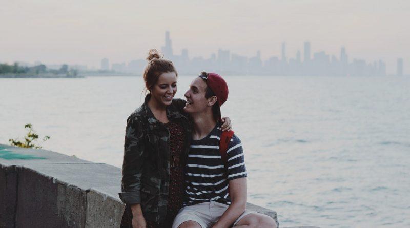 dvaja mladí ľudia na rande